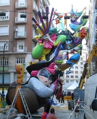 Valencian Fallas cardboard statues entitled Pamtomime and Celestina go well together (Pantomima i Celestina sempre han fet molt bona rima), by Martínez Aparici (2016)